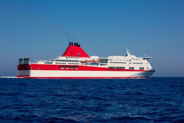 Barco de curise do mar mediterrâneo em vermelho