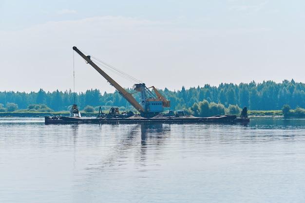 Barco de dragagem está trabalhando para aprofundar o fairway do rio