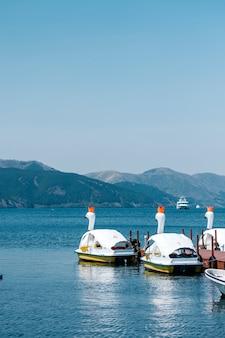 Barco de duto no lago