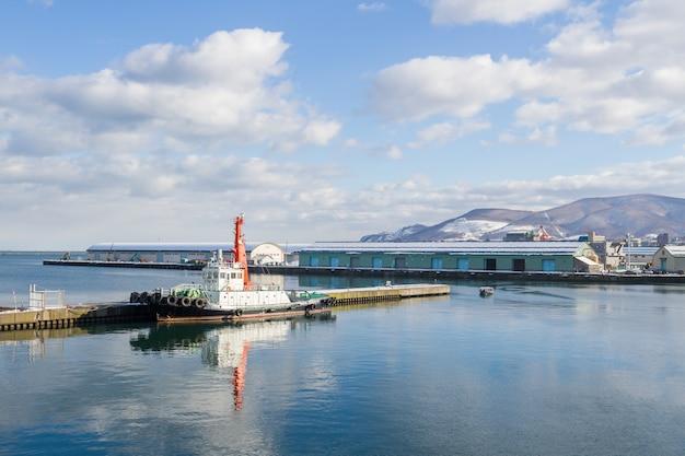 Barco de estacionamento no porto da cidade de otaru, japão