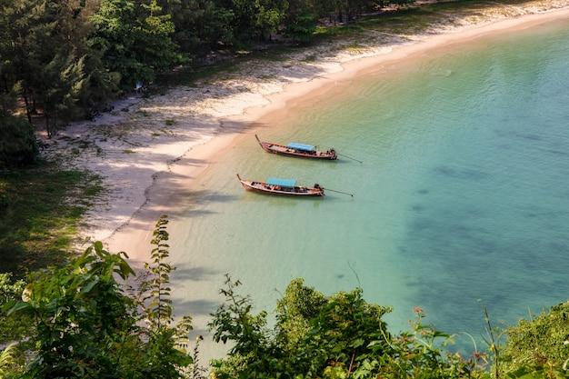 Barco de longtail na ilha de khang khao (ilha da baía), província de ranong, tailândia.