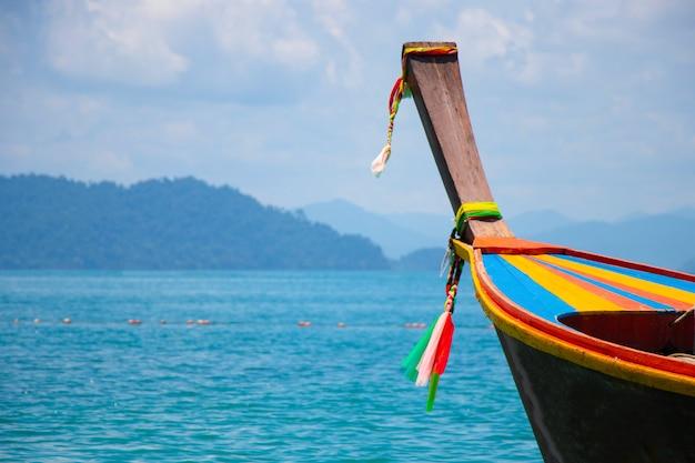 Barco de madeira com vento no mar viajar no sul da tailândia com tecido colorido e madeira este uso de barco para o transporte para a ilha