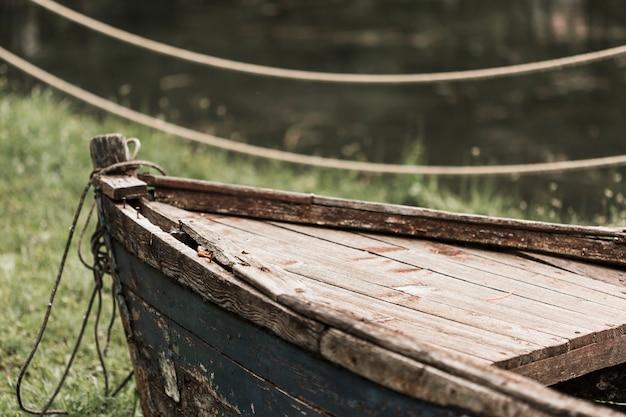 Barco de madeira destruído abandonado
