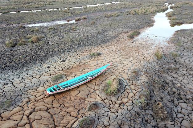 Barco de madeira em terra seca devido à seca
