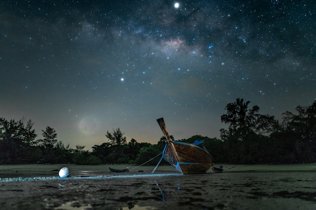 Barco de madeira na praia à noite