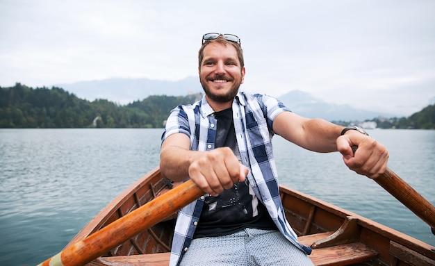 Barco de madeira tradicional no lago bled eslovênia, tempo de outono na europa