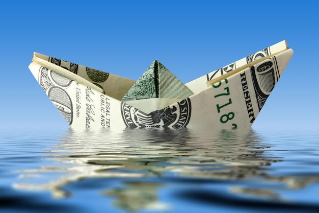 Barco de notas de dólar na água
