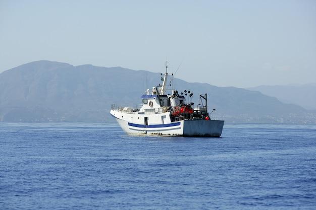 Barco de palangreiro mediterrâneo trabalhando em alicante