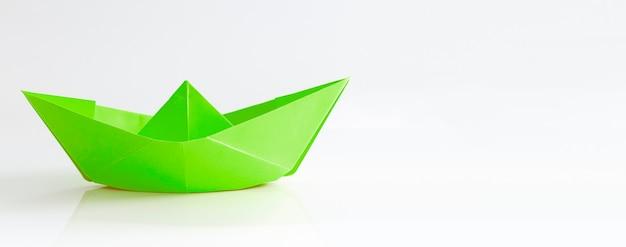 Barco de papel isolado no fundo branco Foto Premium