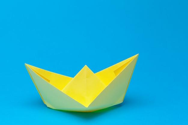 Barco de papel origami em azul