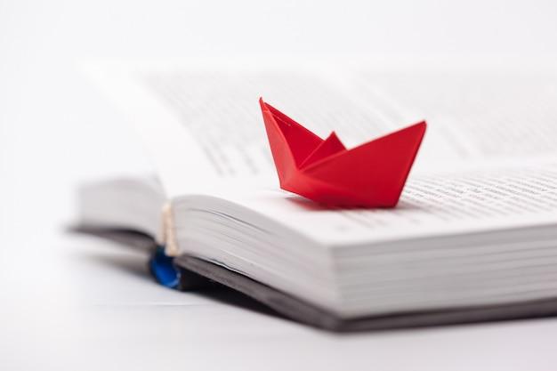 Barco de papel origami em um livro