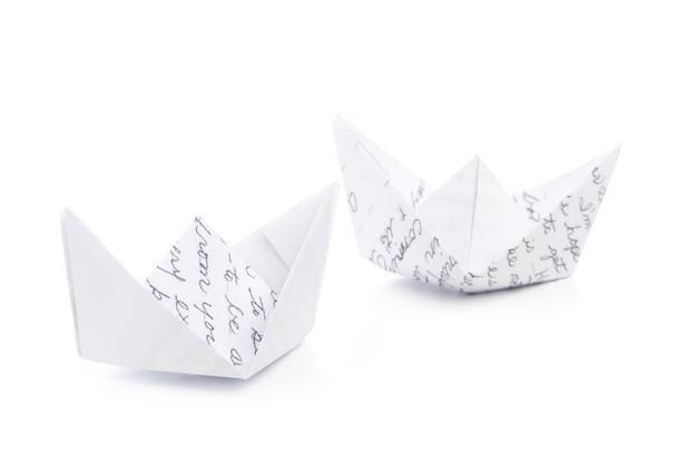 Barco de papel origami isolado no branco
