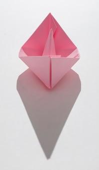 Barco de papel rosa com cópia-espaço
