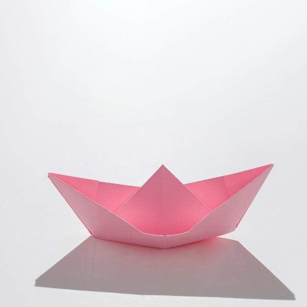 Barco de papel rosa de alto ângulo