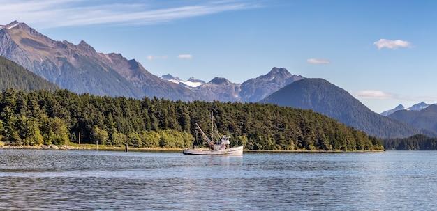 Barco de pesca ancorado no porto, sitka, ak. pano