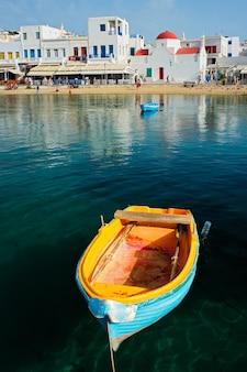 Barco de pesca azul no porto da ilha de mykonos na grécia