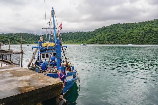 Barco de pesca com bela vista do mar na ilha kohkood em viagens de baixa temporada. koh kood, também conhecido como ko kut, é uma ilha no golfo da tailândia