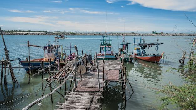 Barco de pesca com cais de madeira