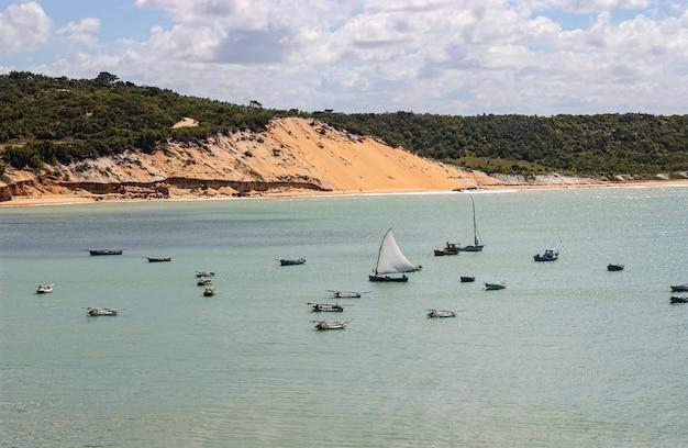 Barco de pesca com vela aberta na baia formosa rio grande do norte brasil