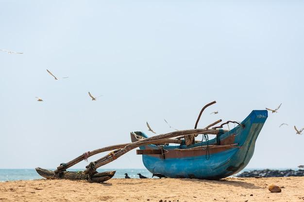Barco de pesca de madeira no oceano. aldeia de pescadores na ilha.