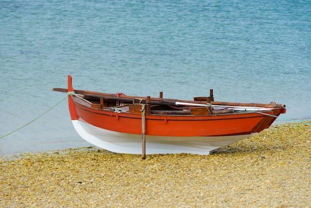 Barco de pesca de madeira seca na praia