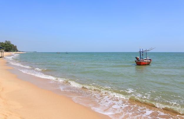 Barco de pesca flutuando à beira-mar