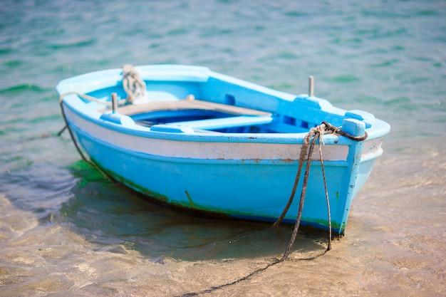 Barco de pesca grego de cor azul e branco típico no porto de mykonos, na grécia