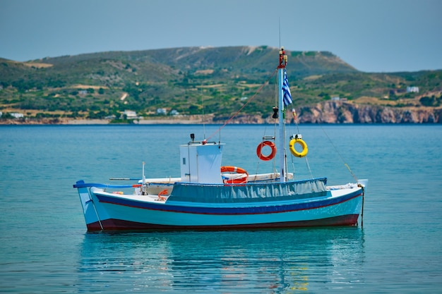 Barco de pesca grego no mar egeu, perto da ilha de milos, grécia
