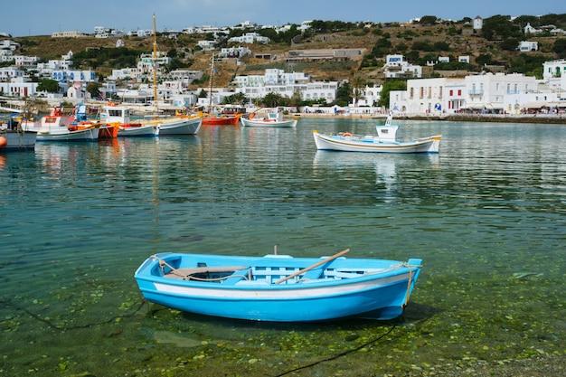 Barco de pesca grego no porto de mykonos
