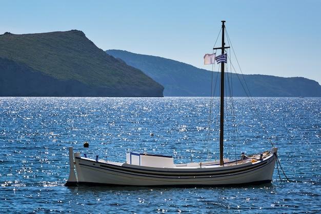 Barco de pesca grego tradicional no mar egeu da grécia