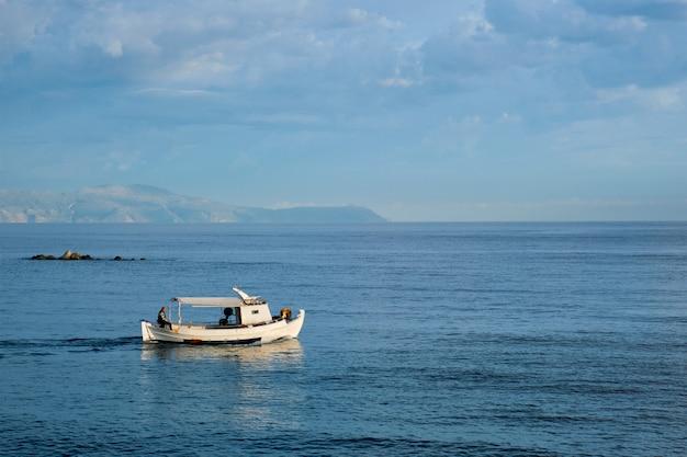 Barco de pesca indo para o mar