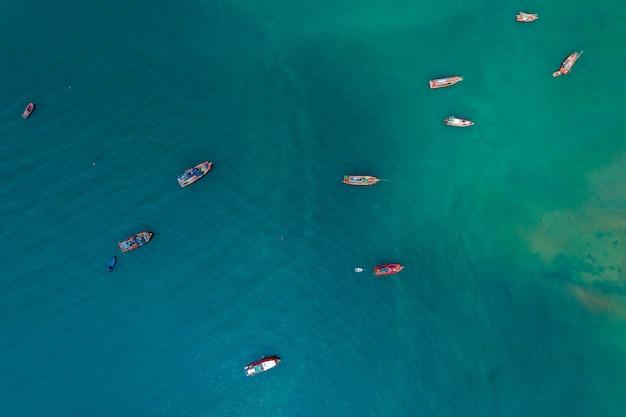 Barco de pesca, navegando no mar verde, vista aérea