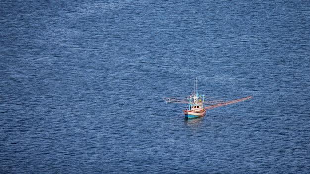 Barco de pesca no golfo da tailândia