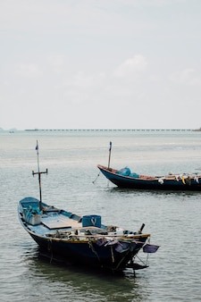 Barco de pesca no mar da tailândia
