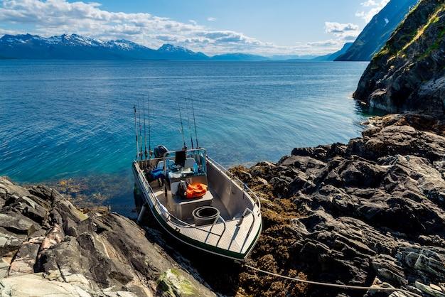 Barco de pesca no mar, fiordes noruegueses.