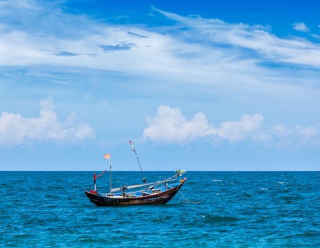Barco de pesca no mar. mui ne, vietnã