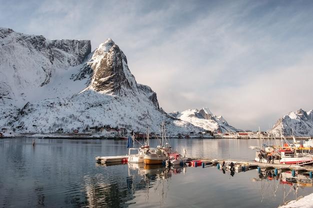 Barco de pesca no porto com montanha