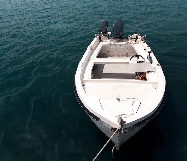 Barco de pesca no porto da cidade de zante