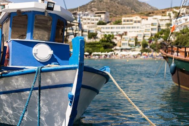 Barco de pesca no porto do mediterrâneo