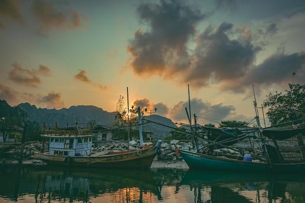 Barco de pesca no rio. um barco de pesca de trabalho para a venda no rio. barco de pesca usado - 01