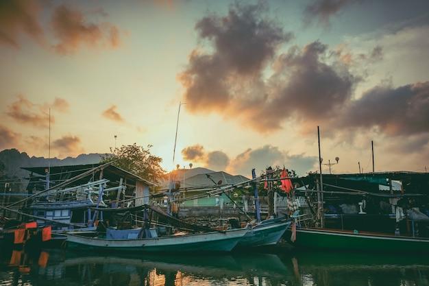 Barco de pesca no rio. um barco de pesca de trabalho para a venda no rio. barco de pesca usado - 02