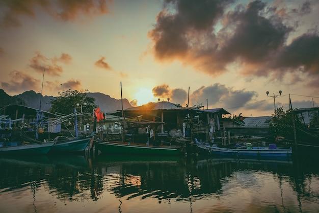Barco de pesca no rio. um barco de pesca de trabalho para a venda no rio. barco de pesca usado - 03