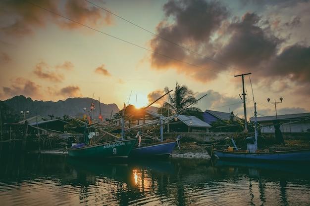 Barco de pesca no rio. um barco de pesca de trabalho para a venda no rio. barco de pesca usado - 05