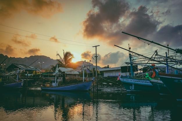 Barco de pesca no rio. um barco de pesca de trabalho para a venda no rio. barco de pesca usado - 06