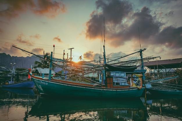 Barco de pesca no rio. um barco de pesca de trabalho para a venda no rio. barco de pesca usado - 07