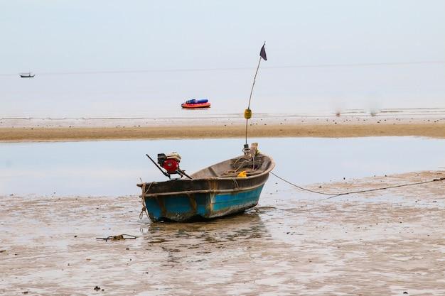 Barco de pesca tailandês usado como veículo para encontrar peixes no mar