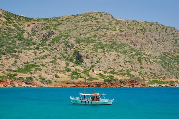 Barco de pesca tradicional grego no mar, ilha de creta, grécia