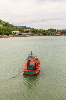 Barco de pescador flutuando na baía