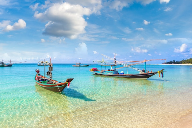 Barco de pescador tradicional na ilha de koh phangan, tailândia