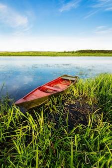 Barco de pescador vermelho na água